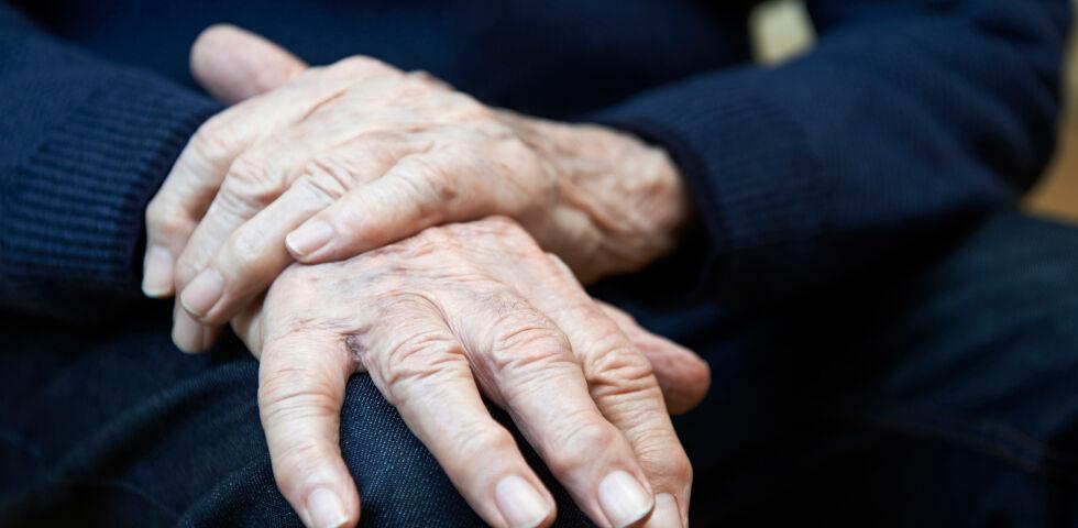 Hände Parkinson - Für eine gleichmäßige Besserung der Parkinson-Symptome ist wichtig, dass die Einnahme mit den Essensgewohnheiten abgestimmt wird. - © Shutterstock