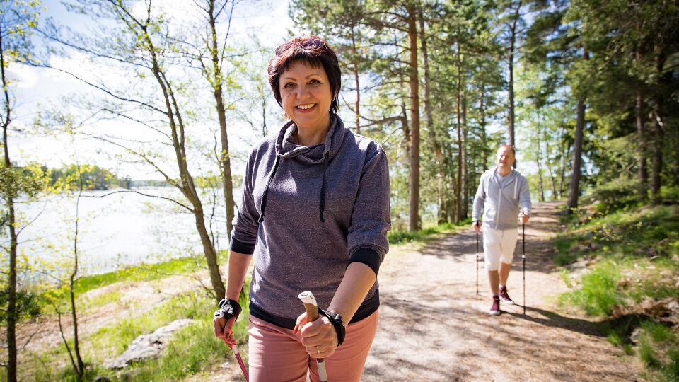 Wandern Bewegung Natur Nordic Walking - Schonung schadet eher: Bewegen Sie sich im Rahmen Ihrer Möglichkeiten - © Shutterstock