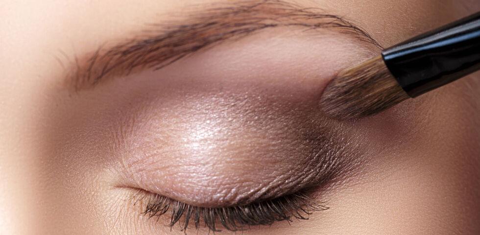 Kosmetik Lidschatten - Sanfte Braun- und Violett-Töne bringen blaue Augen zum Strahlen. - © Shutterstock
