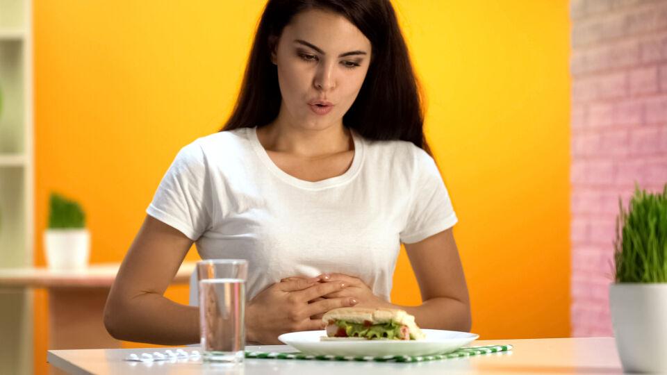 Bauchschmerzen_Frau hält sich den Bauch_Magen Darm Beschwerden Ernährung