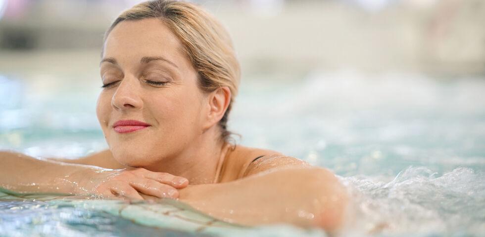 Frau Therme Entspannung - Ein Besuch in einer Therme ist nicht nur entspannend, sondern kann auch gesundheitsfördernd sein. - © Shutterstock