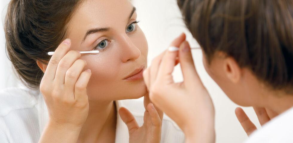Augen Lidrandpflege - Nach feuchtwarmen Auflagen und einer Lidmassage werden die Lider mit einem Wattestäbchen gesäubert. - © Shutterstock