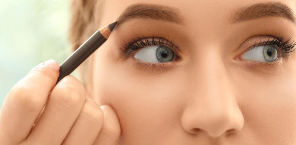 Augenbrauen Kosmetik - Die Augenbrauen spielen eine wichtige Rolle in der Balance von Gesichtsmerkmalen wie Augen, Nase, Stirn und der Länge des Gesichts. - © Shutterstock