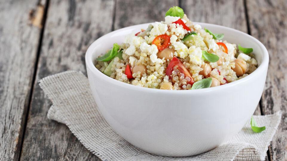"""Quinoa Ernährung - Quinoa zählt zur Gruppe der """"Pseudogetreide"""" – es sieht aus wie Getreide, stammt aber aus einer anderen Pflanzenfamilie und enthält kein Gluten. - © Shutterstock"""