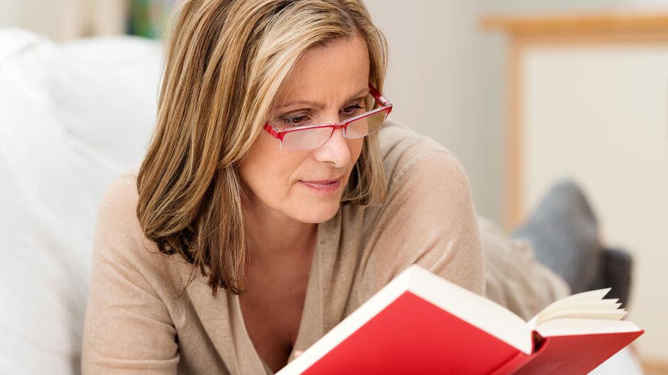 Frau liest Buch - © Shutterstock