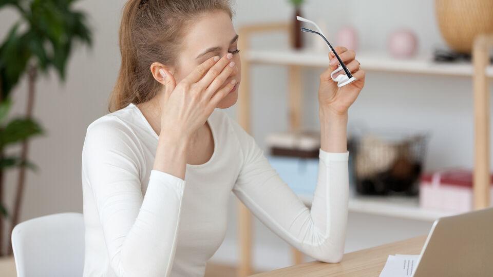 Trockene Augen Computerarbeit - © Shutterstock
