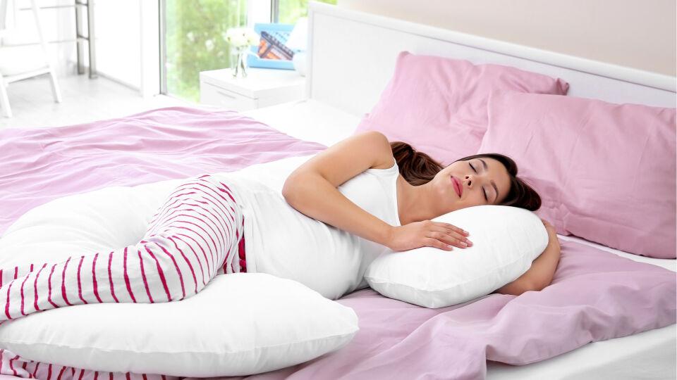 Schwangerschaft Seitenschläferkissen für besseren Schlaf - Mit einem Seitenschläferkissen können sich Schwangere das Liegen in Seitenlage bequemer machen.