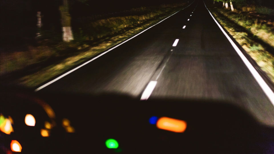 Autofahren in der Nacht_Augen_Sicht - Vielen ist nächtliches Autofahren unangenehm. Für eine möglichst gute Sicht sollte die Windschutzscheibe stets sauber sein. Schauen Sie nicht direkt in die Scheinwerfer entgegenkommender Fahrzeuge, sondern auf den rechten Straßenrand.