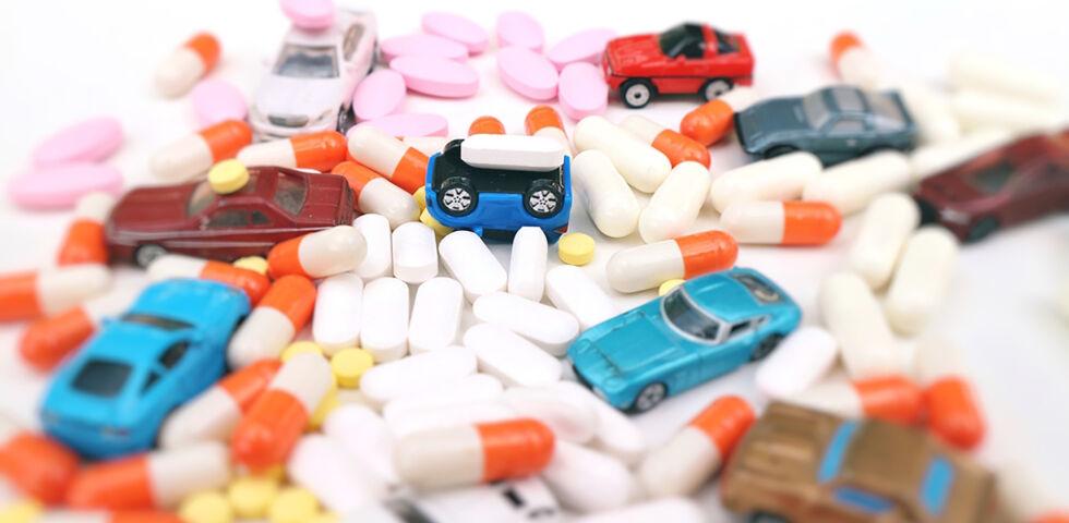 Straßenverkehr Auto Tabletten Medikamente - Vergewissern Sie sich, ob Sie nach der Einnahme Ihres Medikamentes fahrtauglich sind. - © Shutterstock