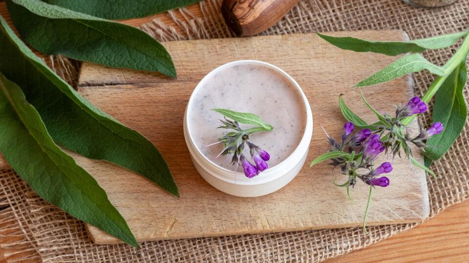 Heilpflanze Beinwell - Beinwell wird nur äußerlich als Salbe oder Creme aufgetragen.
