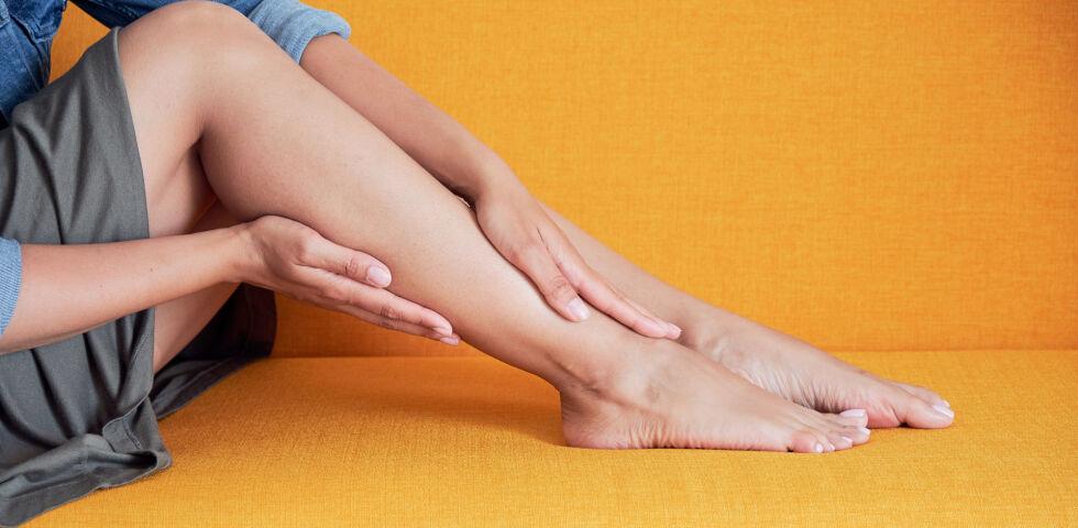 Krampfadern_Beine einer Frau - Es gibt viele Ursachen für Krampfadern.