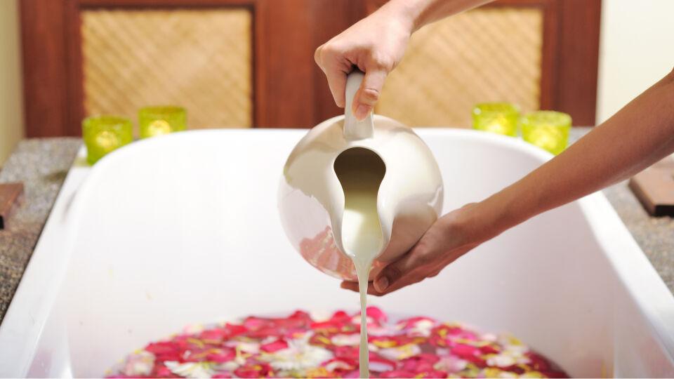Milch Badewanne - Das Milchbad ist ein Klassiker, der sich auch für sensible Haut eignet. Ein wenig Honig rundet das Ganze ab.