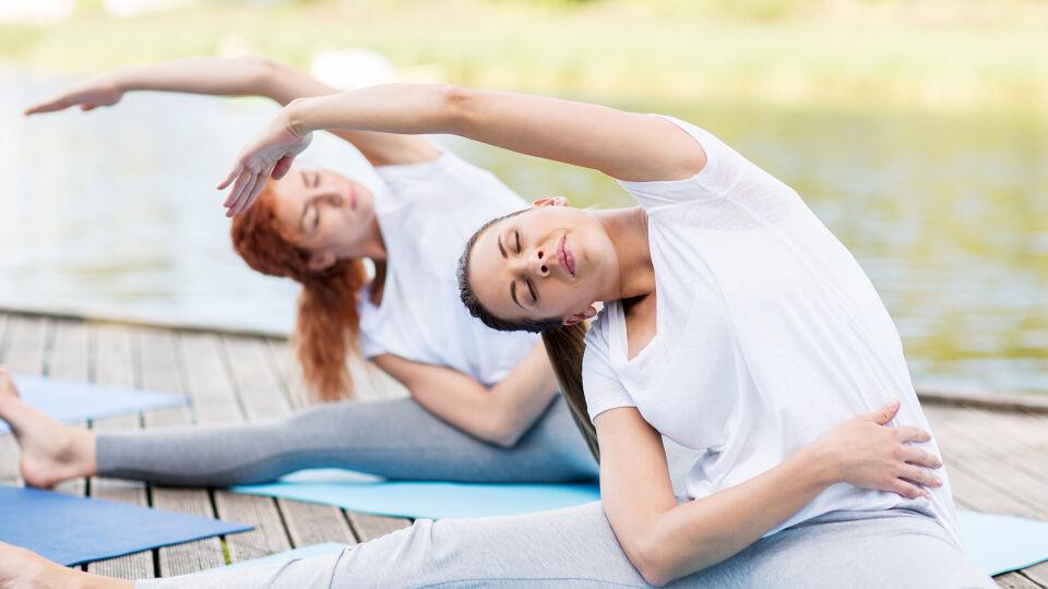 Bewegung Yoga Pilates - Sportliche Frauen werden schneller schwanger, haben eine einfachere Schwangerschaft und leichtere Geburt. - © Shutterstock