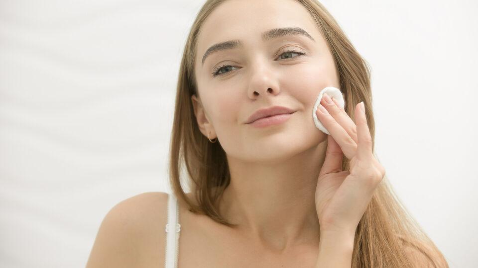 Abschminken Kosmetik - © Shutterstock
