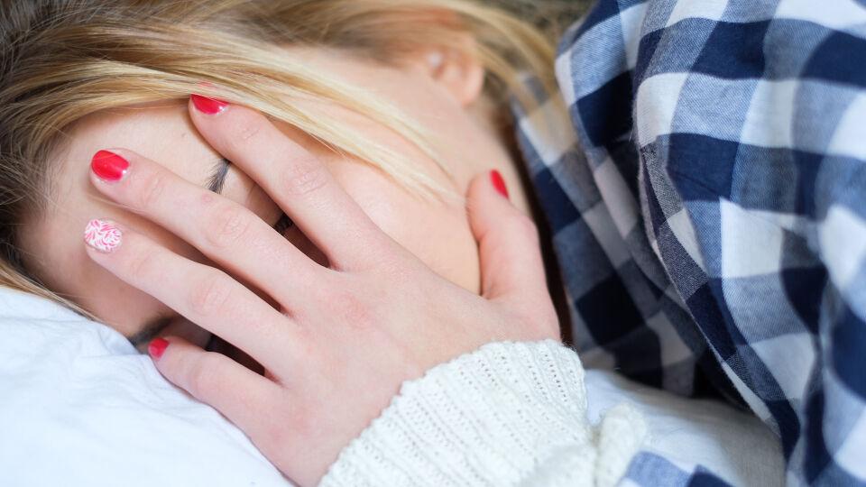 Frau müde erschöpft Kopfschmerz - PMS und Menstruationsbeschwerden: viele mögliche Symptome. - © Shutterstock