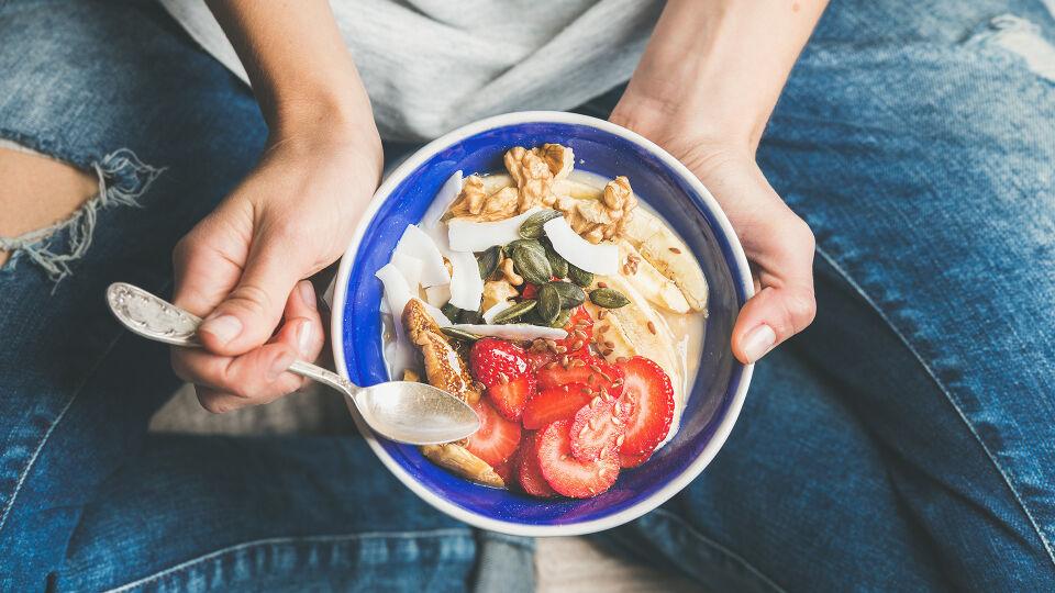 Müsli Ernährung - Ein gesundes Müsli ist schnell zubereitet und kann mit Früchten, Kernen oder Nüssen verfeinert werden. - © Shutterstock