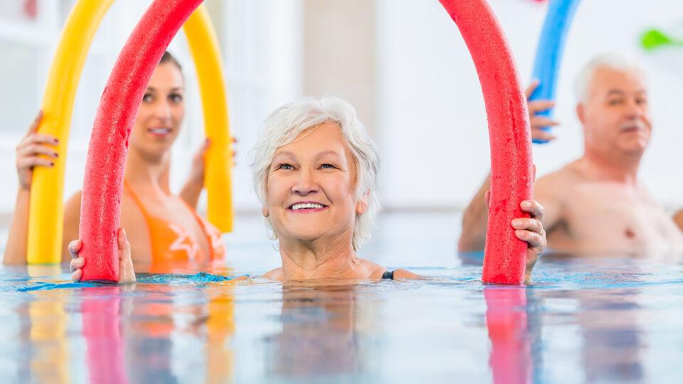 Senior Wassergymnastik Bewegung Sport - Wassergymnastik ist besonders gelenkschonend und eignet sich daher bestens für Arthrose-Betroffene. - © Shutterstock