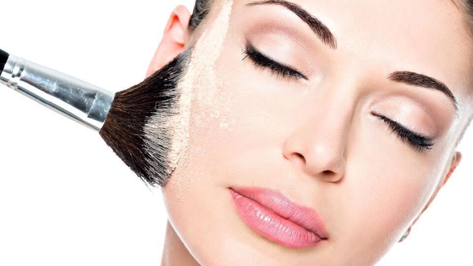 Puder Kosmetik - Loses Puder wird am besten mit einem breiten Puderpinsel aufgetragen. - © Shutterstock