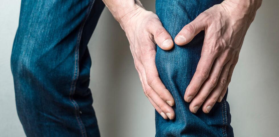 Knie Schmerz Bein Gelenke - Arthrose ist die häufigste Form der rheumatischen Erkrankungen. - © Shutterstock