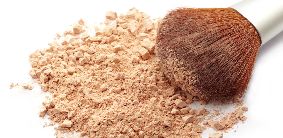 Puder Kosmetik - Viele Puder enthalten sogar feuchtigkeitsspendende oder reizlindernde Wirkstoffe. - © Shutterstock
