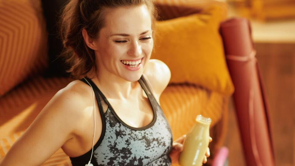 Glückliche Frau nach dem Workout_Sport - Der Körper braucht Zeit, um sich zu erholen.