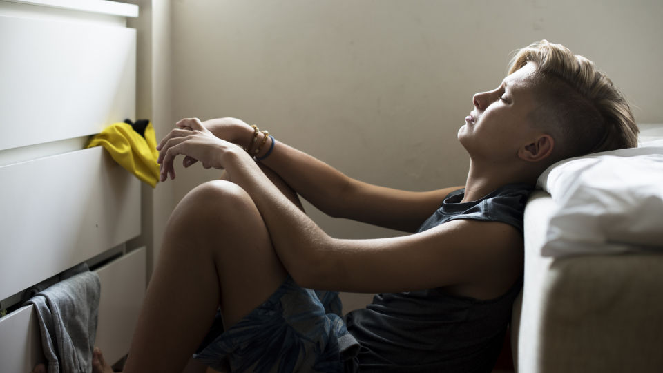 Ein trauriger Junge sitzt am Boden - Bei Kindern werden Depressionen leicht übersehen, da ihre Symptome häufig von denen der Erwachsenen abweichen.