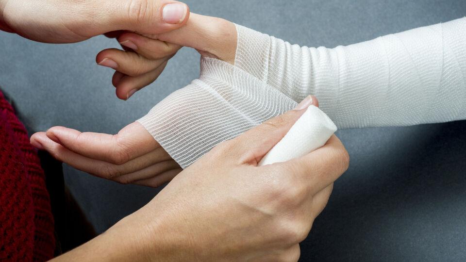 Verband anlegen_Erste Hilfe - Wunden sollten mit einem sterilen Wundverband verbunden werden.