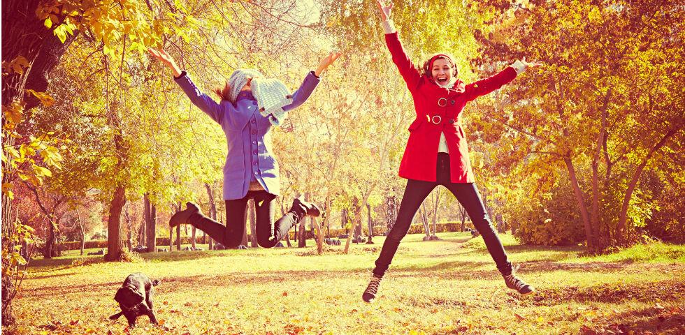 Frauen Herbst glücklich - Frauen achten besser auf ihre Gesundheit als Männer und leben im Durchschnitt auch sechs Jahre länger. - © Shutterstock