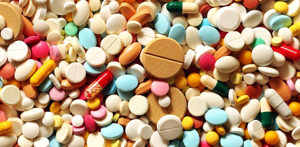 Medikamente Tabletten Pillen - Wenn Sie unsicher sind, ob der vollständige Arzneimitteleffekt erzielt wurde, weil Sie Rückstände im Stuhl beobachtet haben, fragen Sie Ihren Apotheker. - © Shutterstock