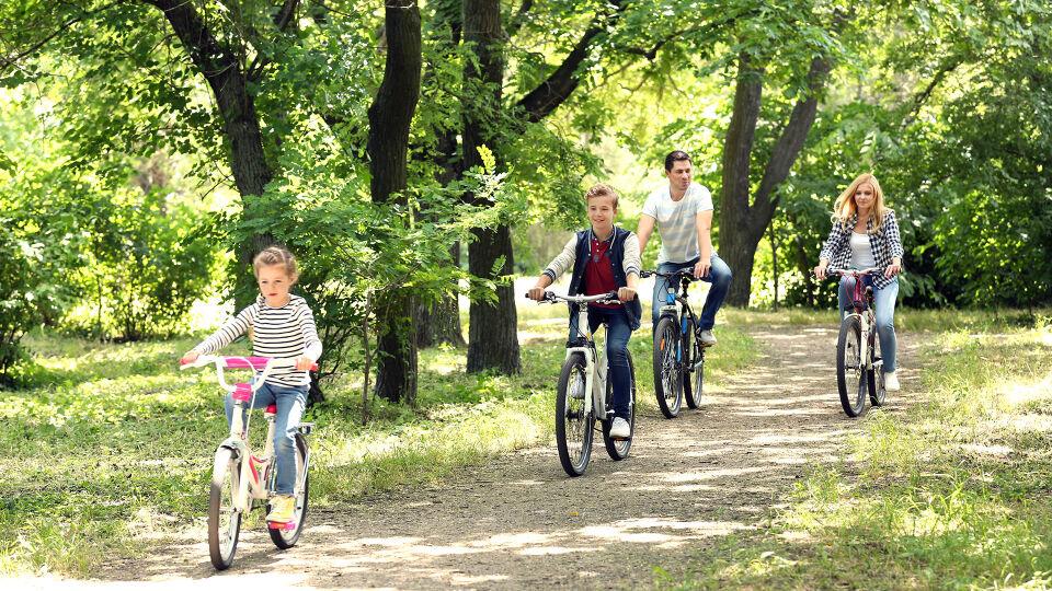 Familie Fahrrad Bewegung Sport - © Shutterstock