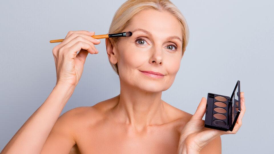 Kosmetik Alter Augenbrauen - © Shutterstock