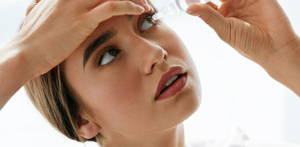Augentropfen - Legen Sie den Kopf beim Eintropfen möglichst weit in den Nacken. - © Shutterstock