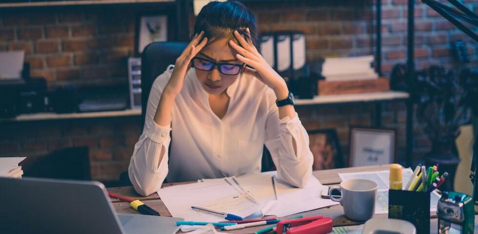 Frau Stress Arbeit - Ständiger Stress kann zu einem Burn-Out oder zu Depressionen führen. - © Shutterstock