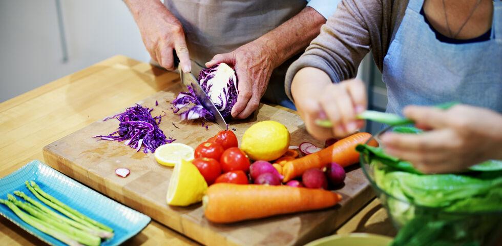 Ernährung Kochen Gesund - Wenn wir unser Essen selbst zubereiten, wissen wir ganz genau, was wir zu uns nehmen. - © Shutterstock