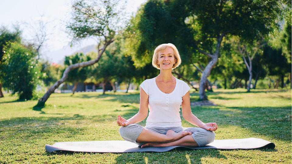 Seniorin Yoga Pilates Bewegung - Jeder kann meditieren lernen. Zwischendurch tanken wir in kurzen Entspannungspausen neue Kraft und finden zur inneren Ruhe. - © Shutterstock