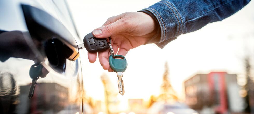 Autofahren_Frau entriegelt Auto - Vergewissern Sie sich, ob Sie nach der Einnahme Ihres Medikamentes fahrtauglich sind.