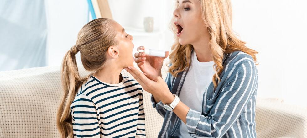 Arzneiformen Spray - Damit Wirkstoffe über die Mundschleimhaut ausreichend aufgenommen werden können, sollte man auf die richtige Platzierung achten.