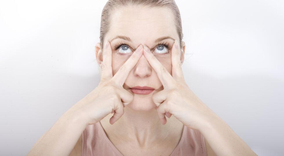 Gesichtsgymnastik 1 - Übung gegen Augenfalten: Öffnen Sie die Augen so weit wie möglich und schauen Sie nach oben. Halten Sie die Pose für etwa 5 Sekunden. Anschließend schauen Sie 5 Sekunden nach links und 5 Sekunden nach rechts. Insgesamt sollte die Übung 5-mal durchgeführt werden.