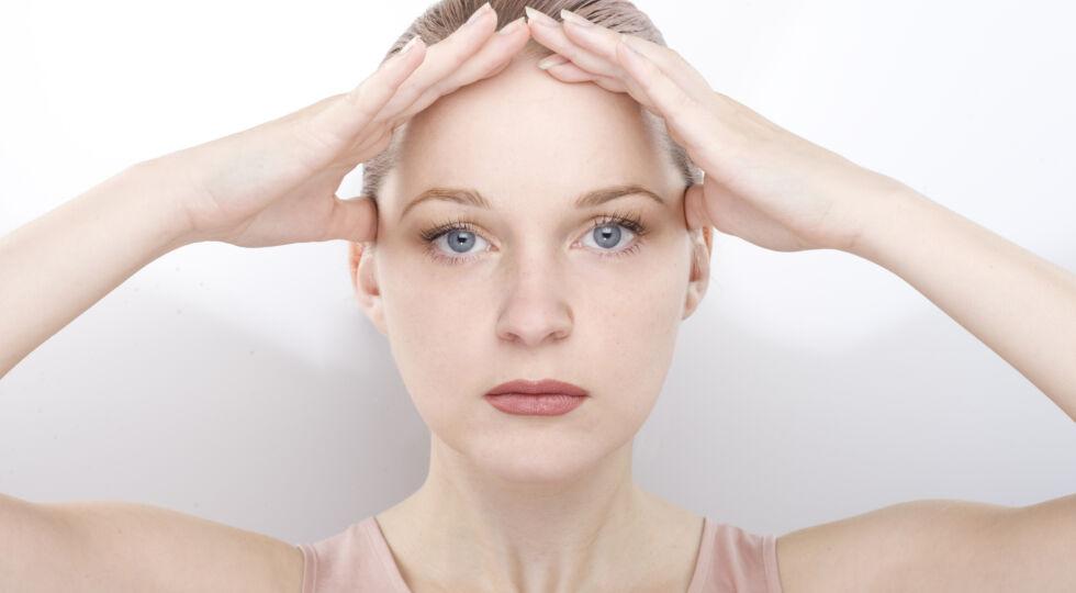 Gesichtsgymnastik 3 - Glätten der Stirnpartie: Legen Sie die Finger so auf die Stirn, dass sich die Fingerspitzen berühren, und ziehen Sie dann Augenbrauen und Lider nach oben. Wären Ihre Finger nicht da, würde sich die Stirn in Falten legen. Diese Anspannung 6 bis 10 Sekunden halten, dann entspannen.
