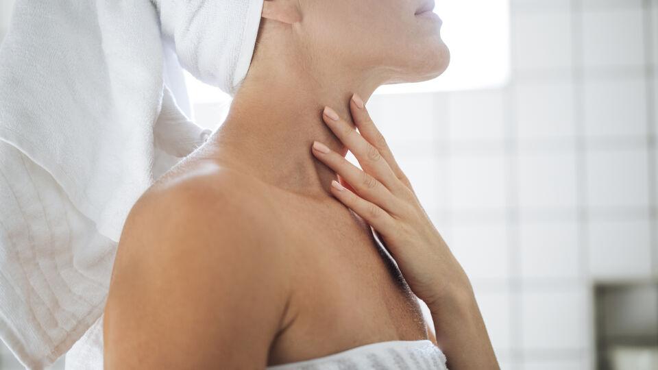 Hautpflege Hals_shutterstock_736937911 - Bei der Pflege sollten Hals undDekolleté einbezogen werden.