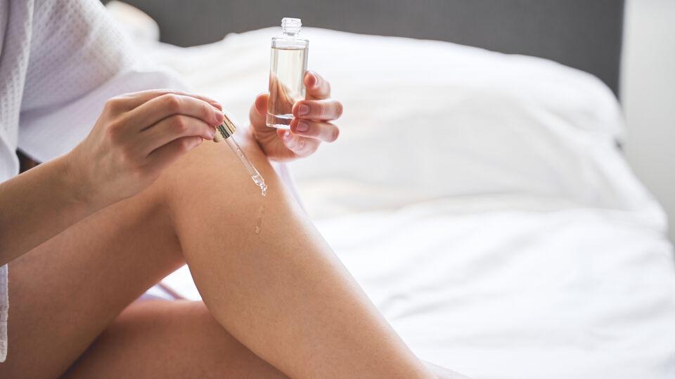 Frau verwendet hochwertiges Körperöl_Hautpflege_Kosmetik_shutterstock_1706299957 - Mit pflegenden Ölen kann man trockene Stellen lindern.