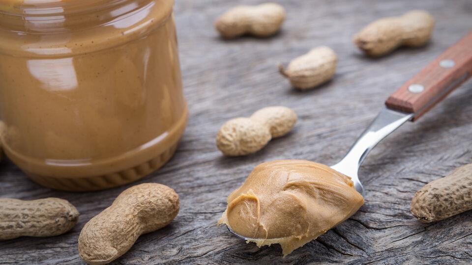 Nüsse Erdnussbutter Allergie - Besonders häufige Kreuzallergien gibt es auf Nüsse und Steinobst. - © Shutterstock