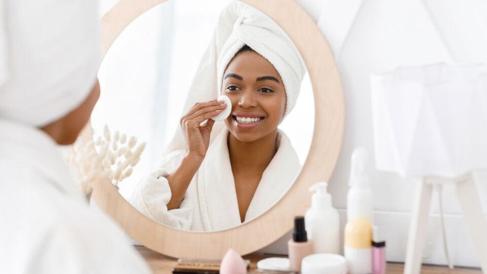 Eine Frau beim Abschminken_Kosmetik_shutterstock_1753028093