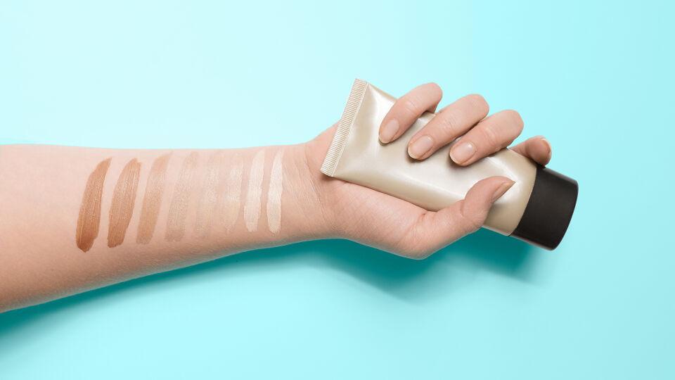 Teint Kosmetik Make-up - Um zu erfahren, welcher Grundton zu Ihnen passt, können Sie den Farbton auf der Innenseite Ihres Unterarms testen. - © Shutterstock
