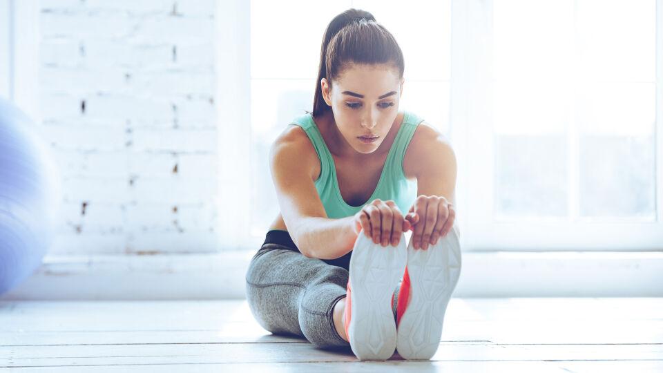Frau macht nach dem Sport Dehnübungen_shutterstock_403536148 - Nehmen Sie sich nach dem Sport noch ein wenig Zeit für Dehnübungen.