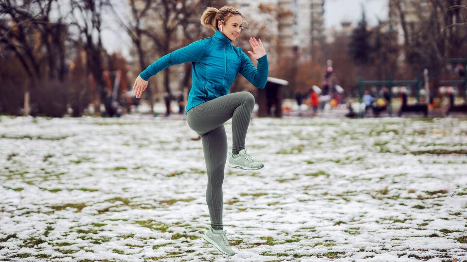 Aufwärmen für Sport im Winter_shutterstock_1893970030 - Eine Aufwärmeinheit kann zum Beispiel aus Ausfallschritten, Hampelmännern und Knie hochziehen bestehen.