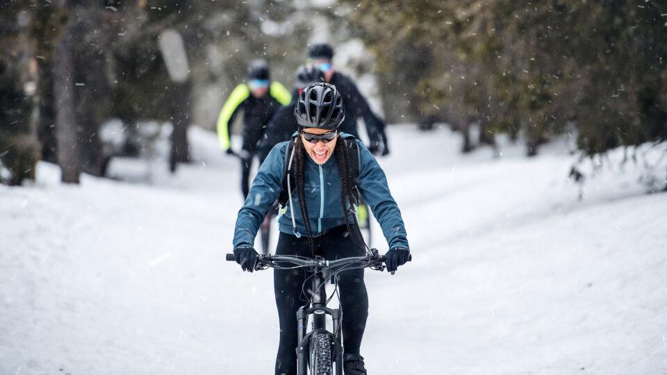 Mann fährt im Winter Fahrrad_shutterstock_1500274709 - Wer im Winter mit dem Fahrrad fährt, sollte es vorher durchchecken lassen.