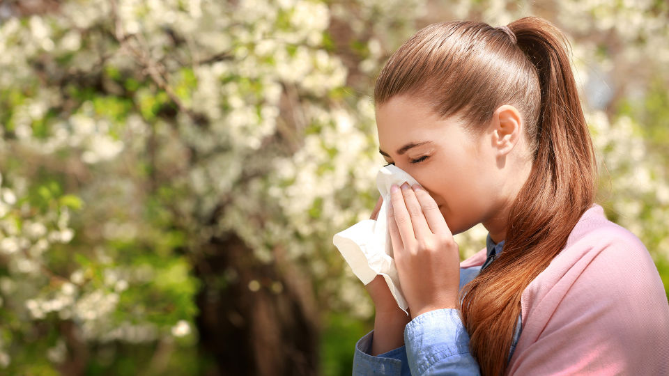 Allergie Heuschnupfen Frühling - Eine Pollenallergie verschlechtert sich mit der Zeit, wenn sie nicht behandelt wird. - © Shutterstock