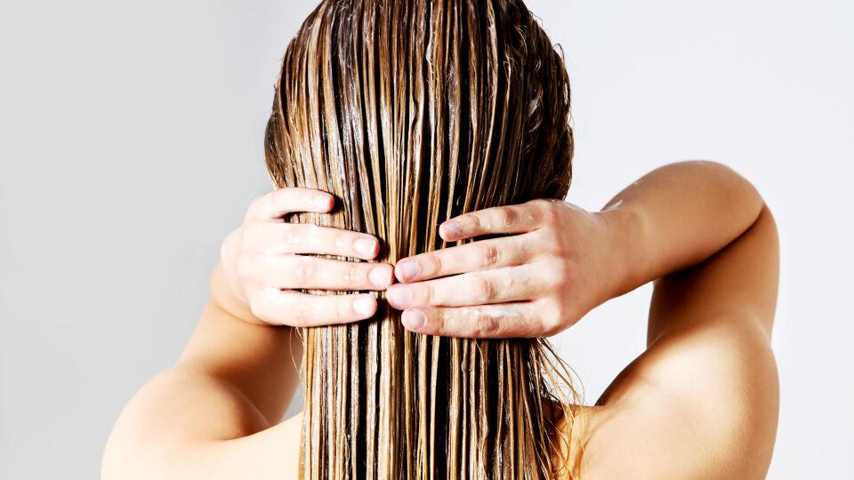 Haarpflege_shutterstock_446850223 - Im Winter brauchen unsere Haare eine Extra-Portion Pflege.