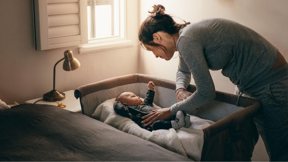 Schlafendes Baby 4_shutterstock_1253456911 - Grundsätzlich ist es von Vorteil, Ihr Baby stets im Bettchen zu beruhigen und so minimale Interventionen wie möglich zu setzten. Beruhigendes Sprechen hat aber immer seinen Platz.